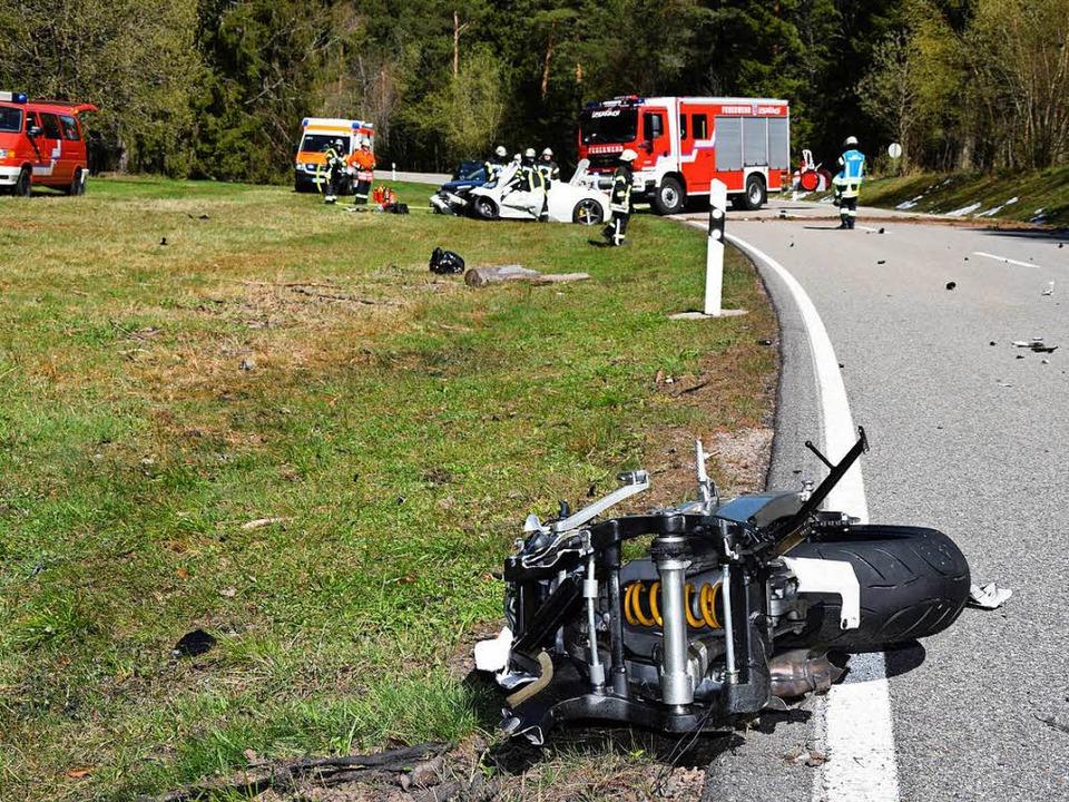 Das Motorrad wurde bei dem Unfall in zwei Teile gerissen  | Foto: kamera24