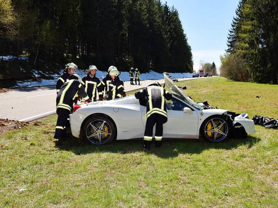 Auch der Fahrer des Ferraris wurde ver...te in ein Krankenhaus gebracht werden.  | Foto: kamera24