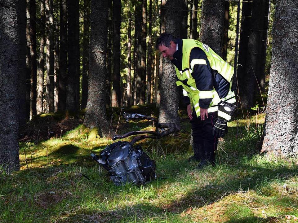 Bei der Kollision wurde der Motor des ... weit in den Wald hinein geschleudert.  | Foto: kamera24