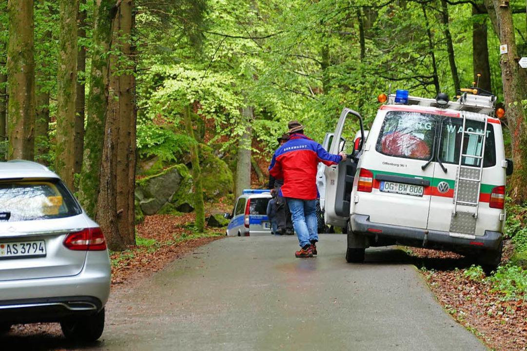 Unterhalb der parkenden Autos von Spur...der abgesperrte Weg zur Fundstelle ab.