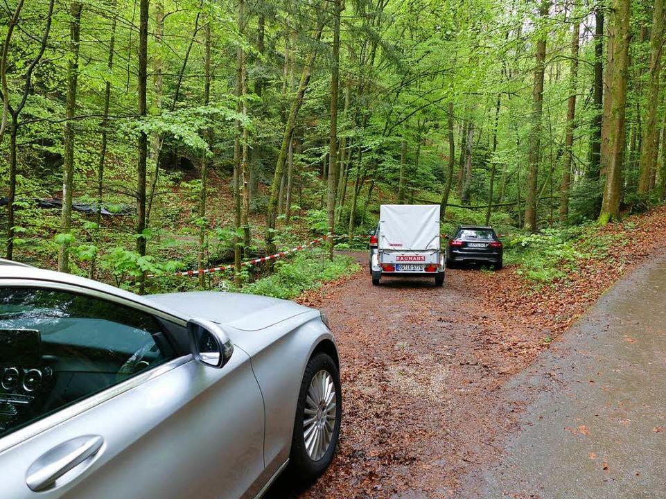Mit Flatterband hat die Bergwacht den Weg, der zur Fundstelle führt abgesperrt.