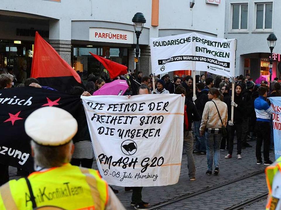 Rund 800 Menschen demonstrierten bereits am Sonntag in der Innenstadt.    Foto: Rita Eggstein