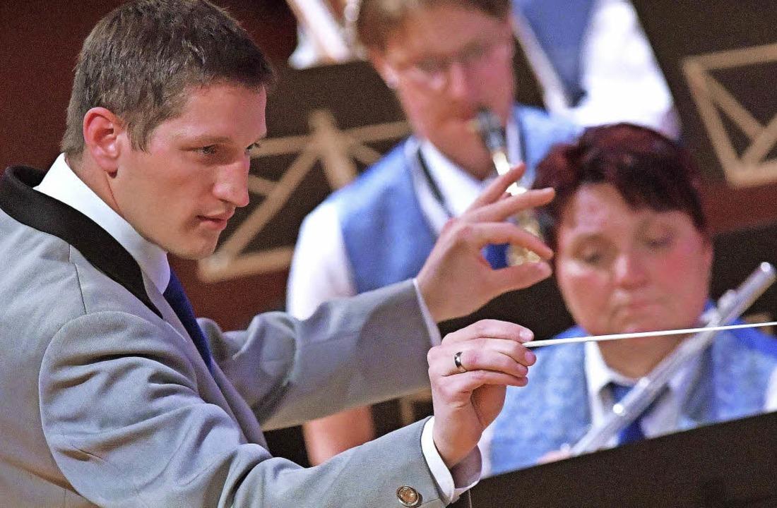 Hoch konzentriert: Dirigent Patrick Egge.  | Foto: Wolfgang Scheu