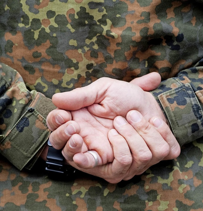Bundeswehrsoldat beim Appell    Foto: DPA