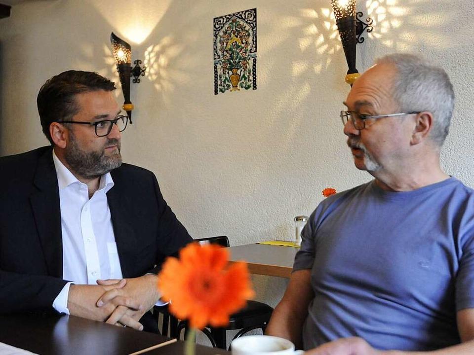 Christoph Kern im Gespräch mit einem Bürger.    Foto: Markus Zimmermann