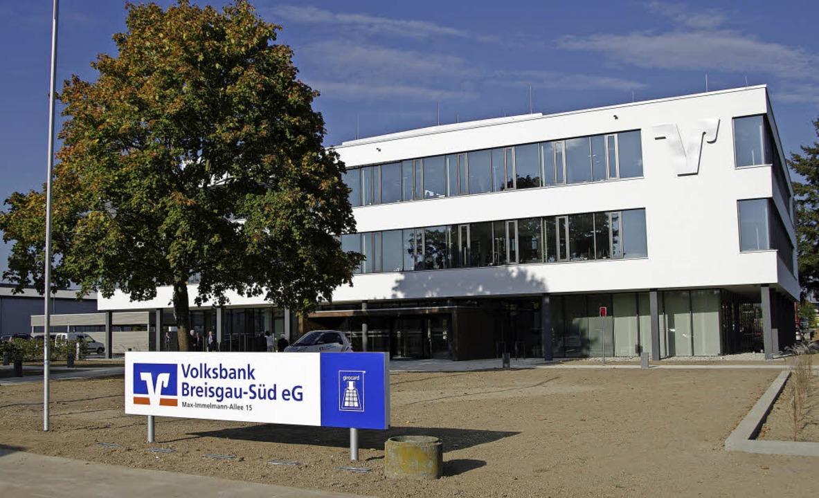 Das Verwaltungszentrum der Volksbank Breisgau-Süd im Gewerbepark Breisgau  | Foto: Martin Pfefferle