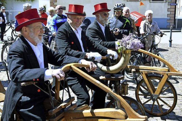 Historische Holzräder in der Halle