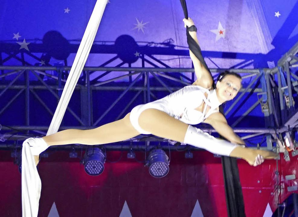 Akrobatik unter der Kuppel des Zirkuszelts   | Foto: Sauer