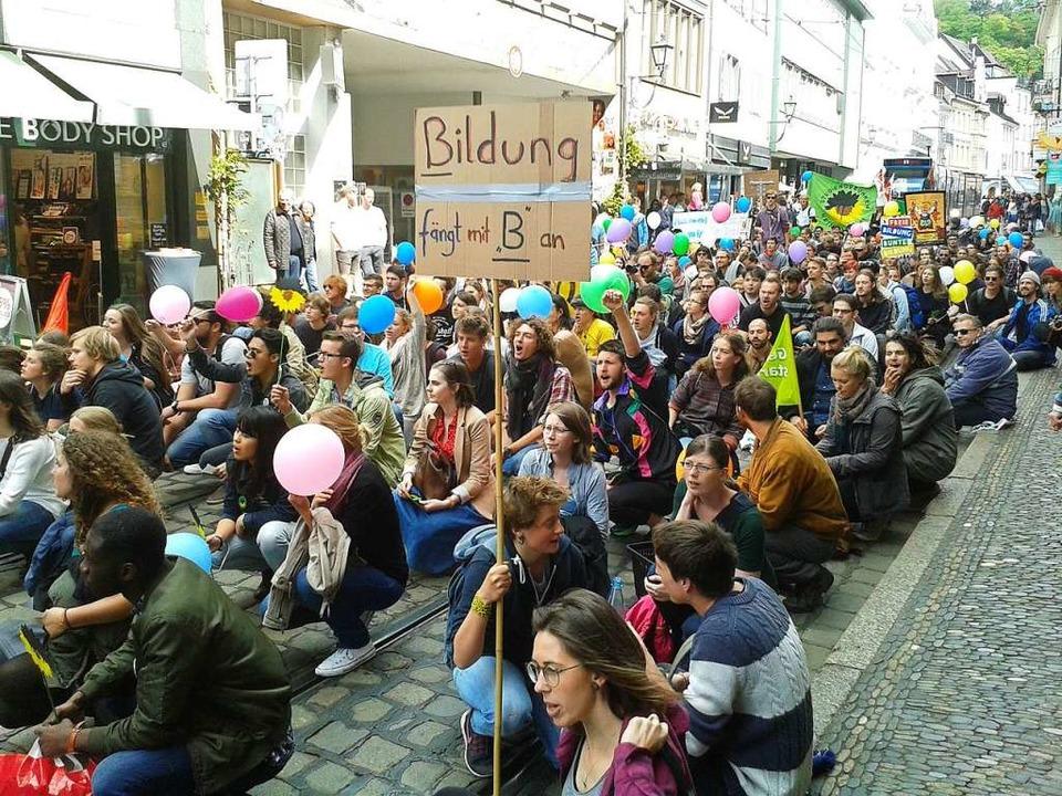 Gegen die Einführung von Studiengebühr...che rund 600 Studenten auf die Straße.    Foto: Fabian Vögtle