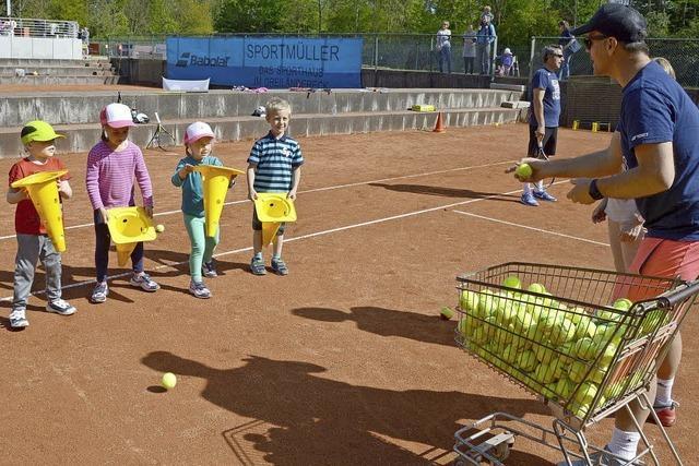 Kinder erobern den Tennisplatz