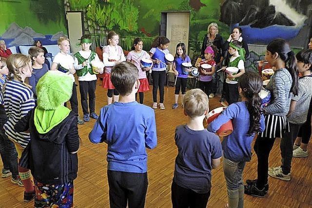 Jonglieren zum Rhythmus der Trommeln