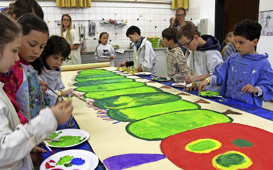 Deutsche und französische Schüler male...rbuch-Raupe Nimmersatt im Großformat.   | Foto: Erich Krieger