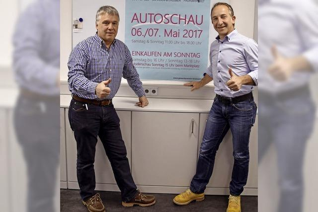 Autoschau, offene Geschäfte und Frühjahrsmoden