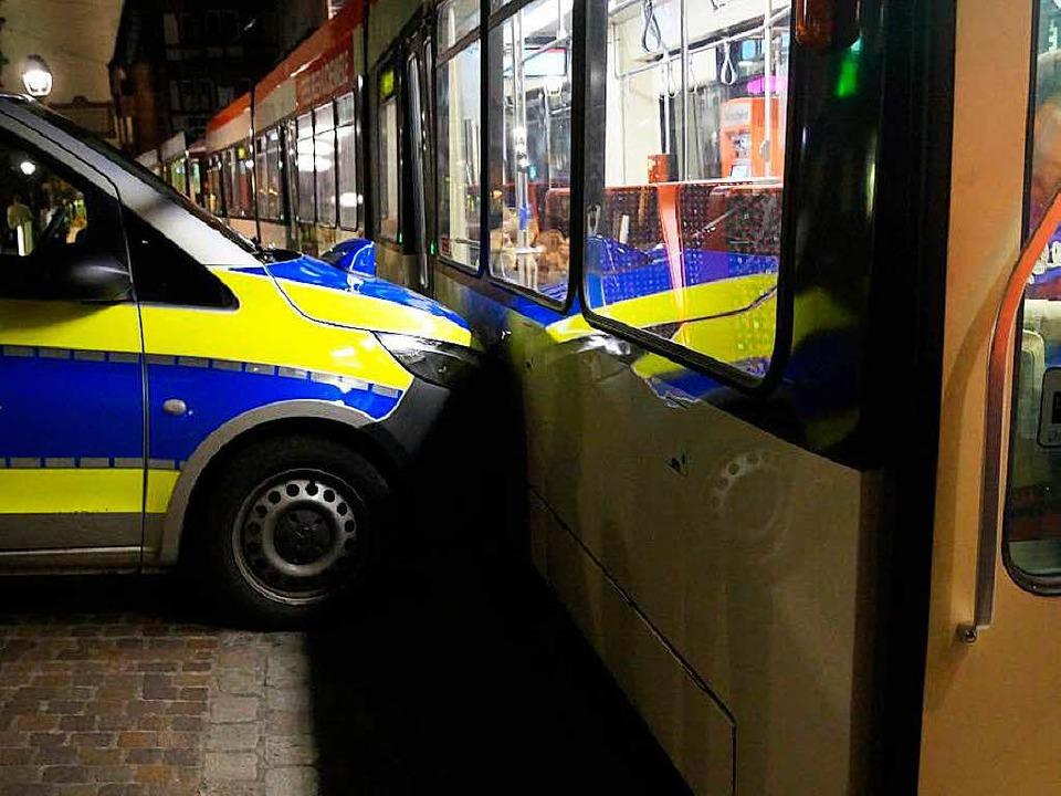 Touché: Polizeiwagen küsst Straßenbahn.  | Foto: polizei