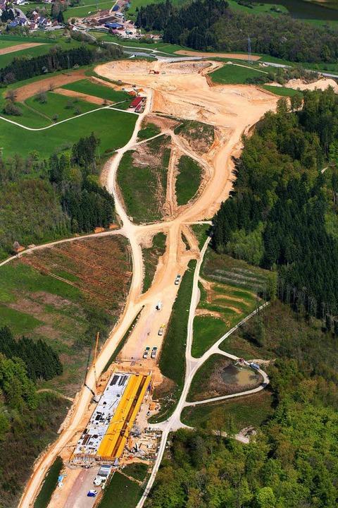 Der Bau der A 98 über den Dinkelberg schlägt Wunden in die Landschaft.     Foto: Erich Meyer