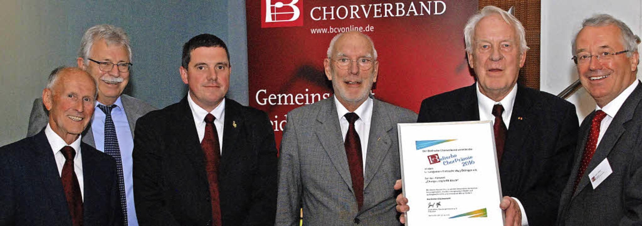 Gerhard Linder, Martin Sütterle, Ulric...scher Chorverband, rechts) entgegen.    | Foto: ivo-press