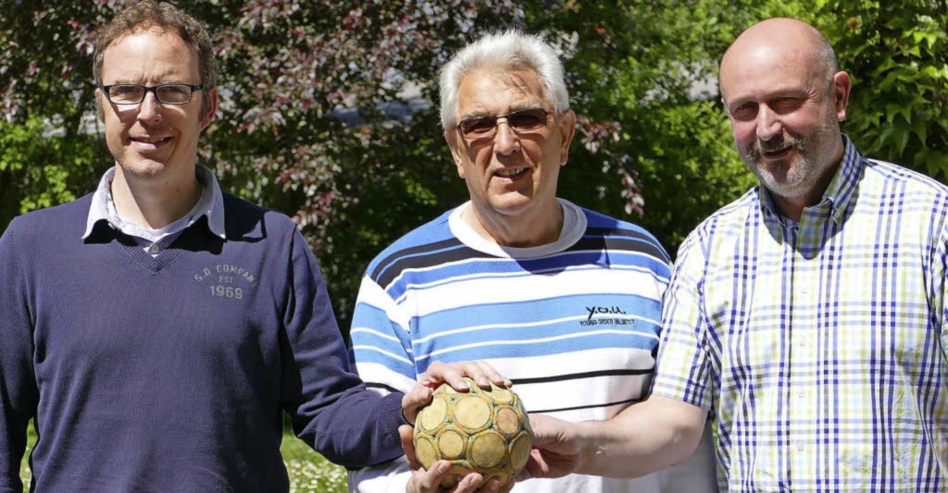 Gemeinsam am Ball sind der TV Brombach...Anton Schönmüller und Remo Schamberger  | Foto: Peter Gerigk