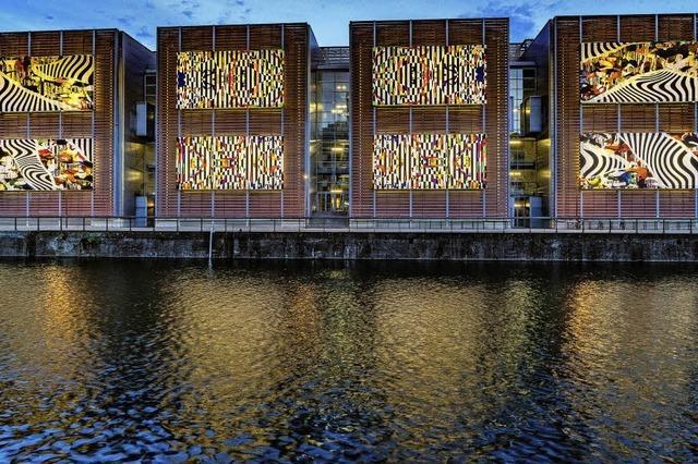 Bunte Kino-Kunst im Hafenbecken
