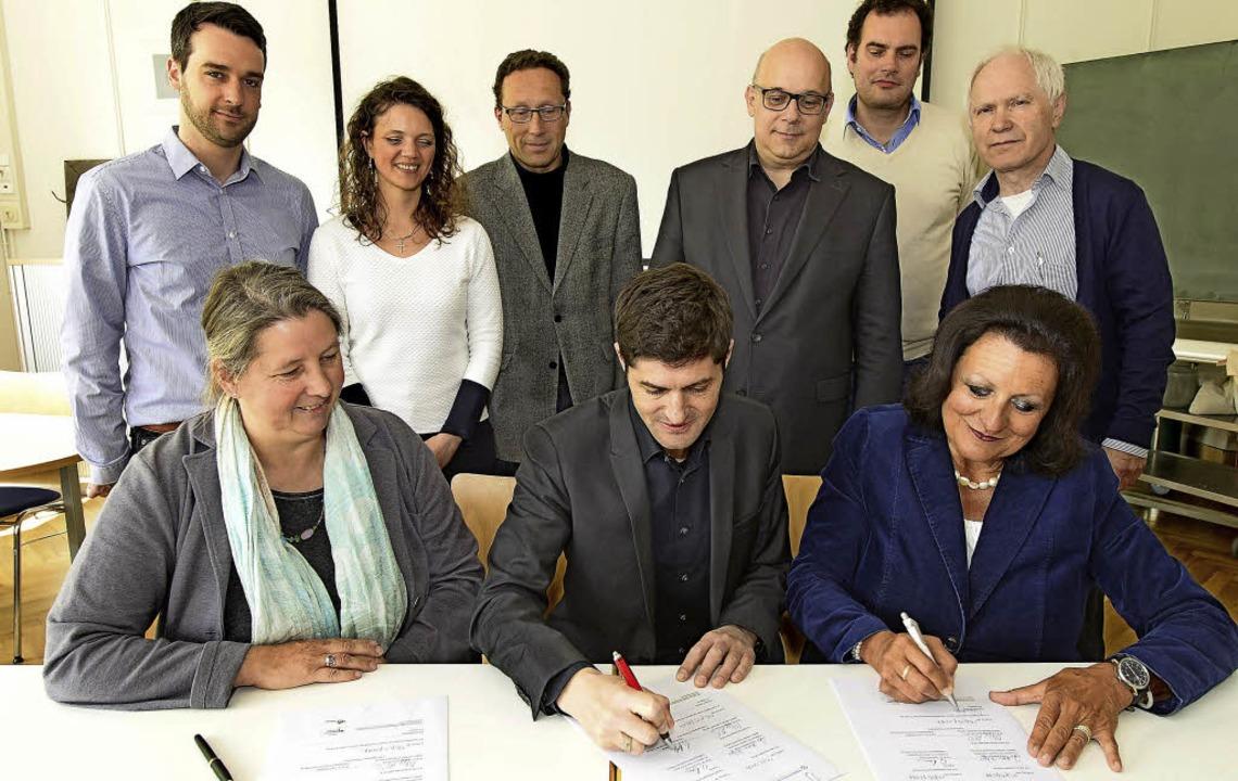 <BZ-FotoAnlauf>Partner</BZ-FotoAnlauf>... Feierling unterzeichnen den Vertrag.     Foto: Ingo Schneider