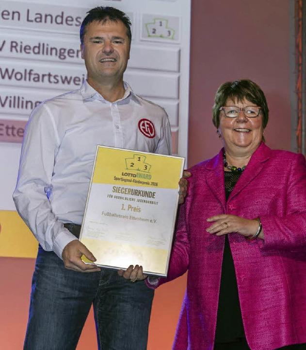 Jürgen Schrempp nimmt für den FV Etten...führerin Marion Caspers-Merk entgegen.  | Foto: Bernhard Rein