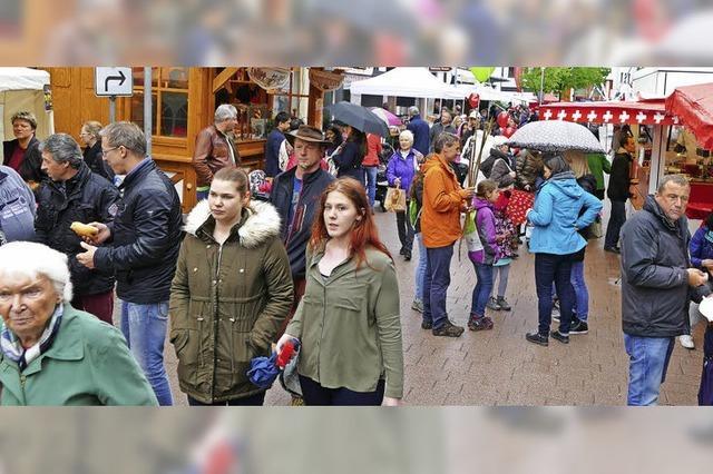 Frühlingsmarktbesucher trotzen dem Regen