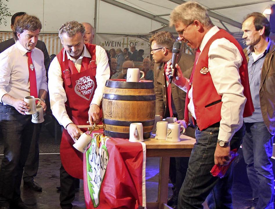 Bürgermeister Markus Jablonski beim obligatorischen Fassanstich.   | Foto: Helmut Hassler