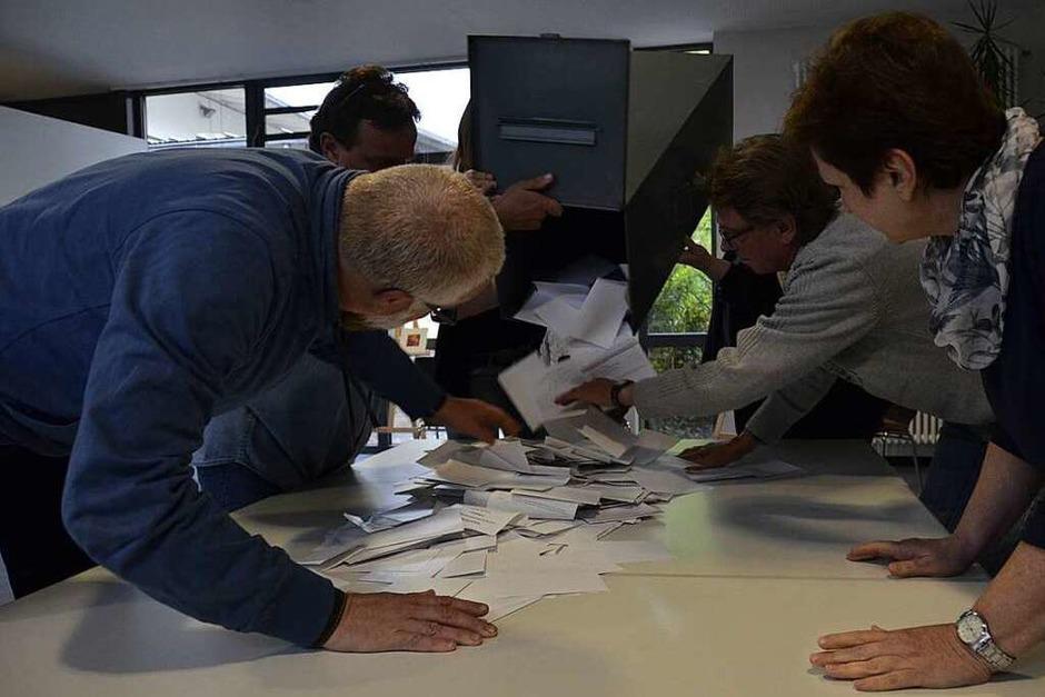Auszählung der Stimmen im Roccafé. Die Wahlbeteiligung lag insgesamt bei rund 58 Prozent. (Foto: Moritz Lehmann)