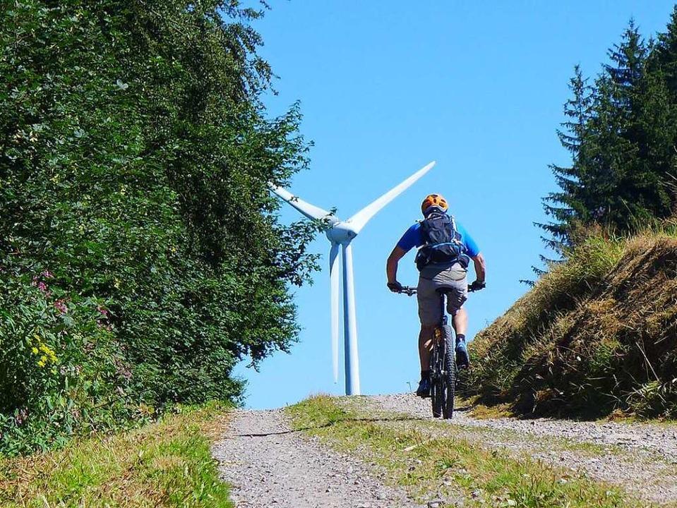 Gemütlich geht es bergauf – die Windmühlen um Schonach immer im Blick.  | Foto: Stefan Zahler