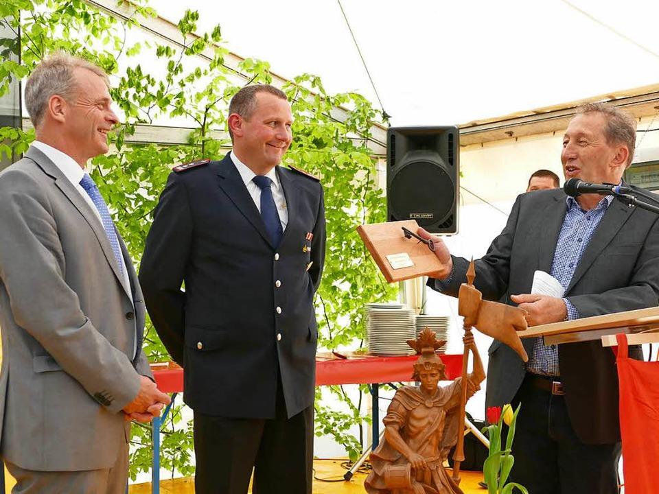 Architekt Gerd Schüler (rechts) überre... und Kommandant Klaus Scherle (Mitte).  | Foto: Nikola Vogt