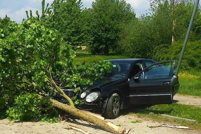 19-Jähriger setzt Mercedes gegen Baum und Laterne