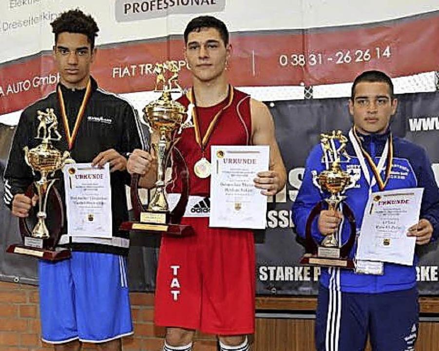 Der Riegeler Boxer Berkan Sahin (Mitte...einen zweiten Deutschen Meistertitel.     Foto: Privat