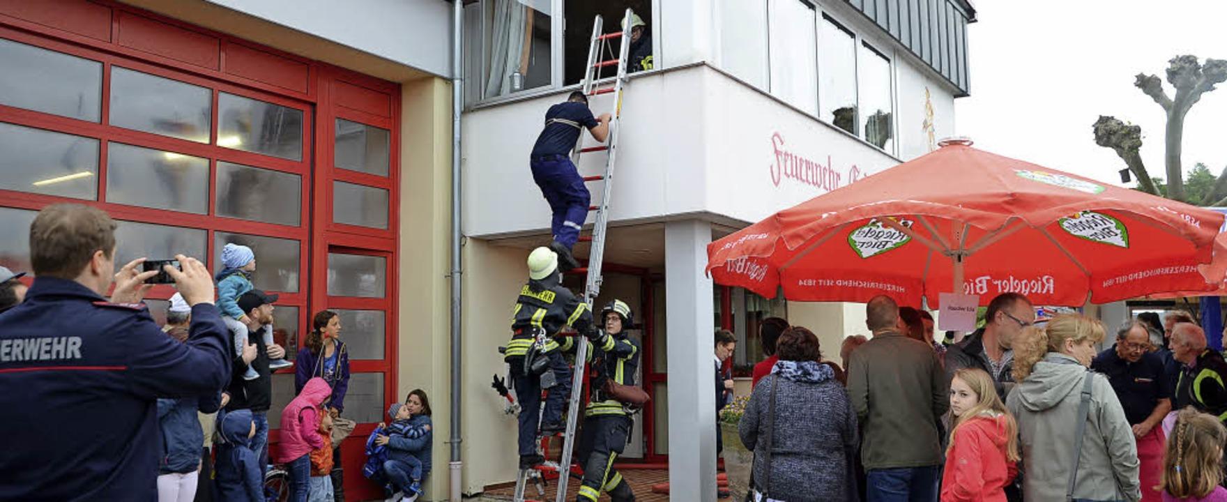 Endingen. Mittels Steckleiter wird ein...rgeschoss des Feuerwehrhauses befreit.  | Foto: Roland Vitt