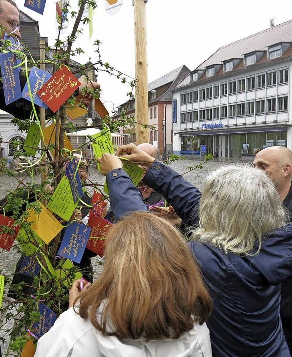 Die letzten Wünsche werden angehängt, im Hintergrund OB Stefan Schlatterer  | Foto: Georg Voß