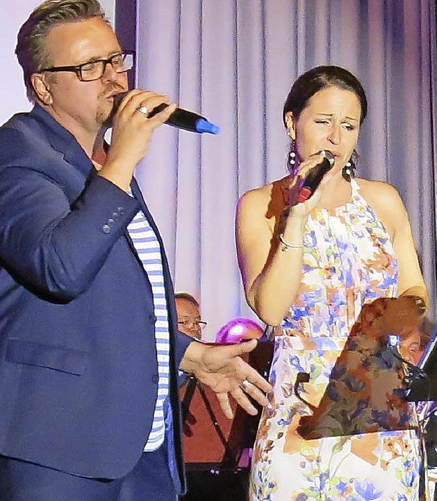 Rainer Lenz und Melanie Schäfer und di...r Entertainment-Gala in der Steinhalle    Foto: Georg Voß