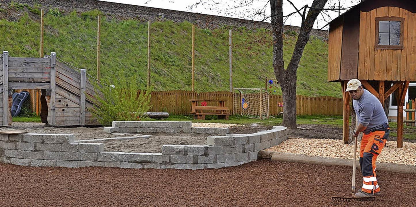 Die Neugestaltung des Spielplatz im Ge...rgarten in Rötenbach ist fast fertig.     Foto: Liane Schilling