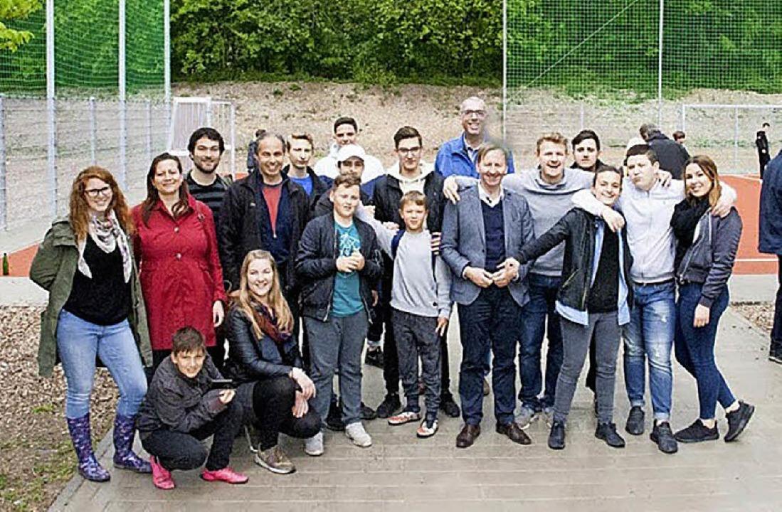 Oberbürgermeister Philipp Frank (im gr...inder- und Jugendreferats eingeweiht.   | Foto: Peter Rosa