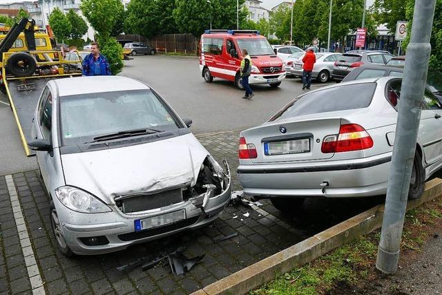 Auto stürzt in die Tiefe und landet auf Penny-Parkplatz