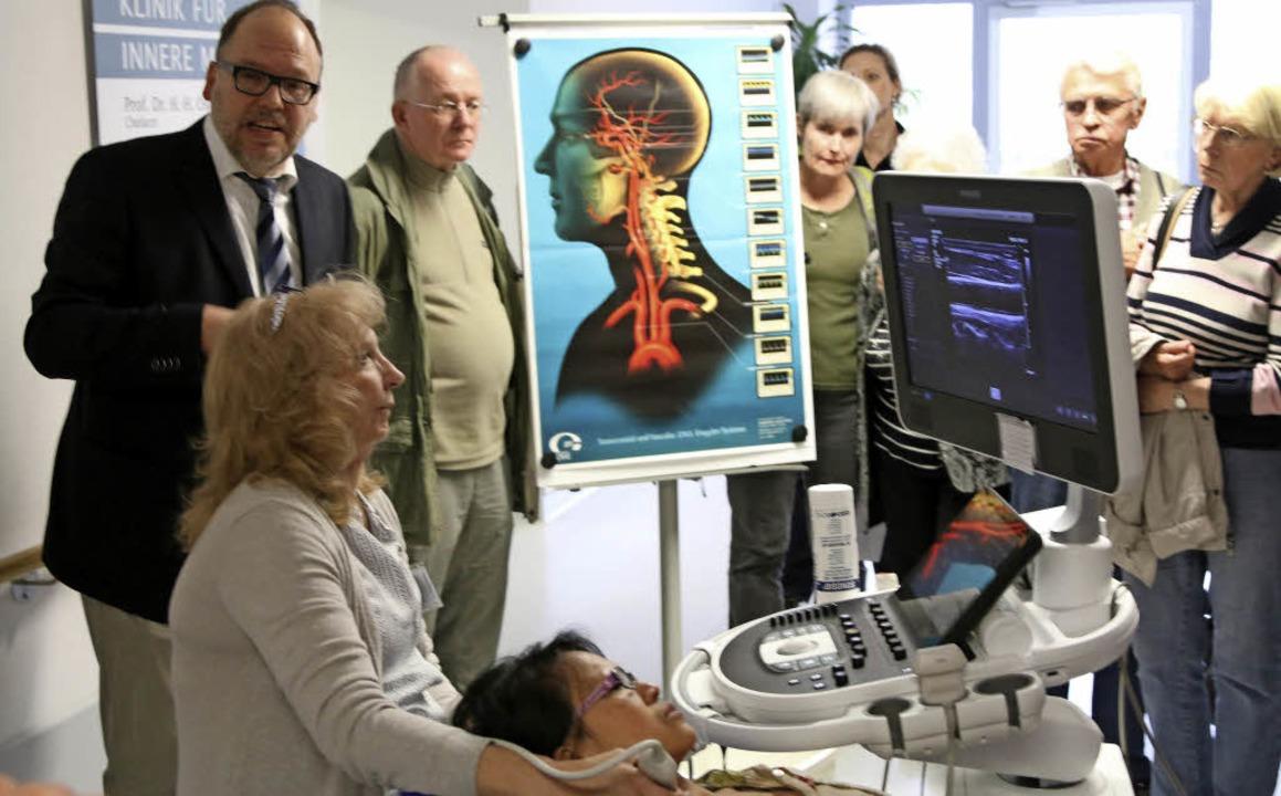Chefarzt Jens Wattchow (links) erklärt...m Falle eines Schlaganfallverdachtes.   | Foto: Katharina Bartsch