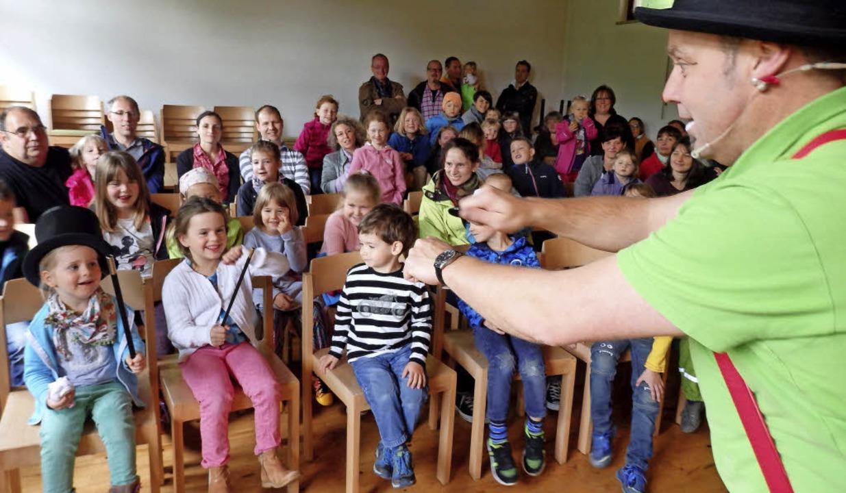 Clown Pat zaubert ein Lachen ins Gesicht von Kindern.  | Foto: Johanna Högg