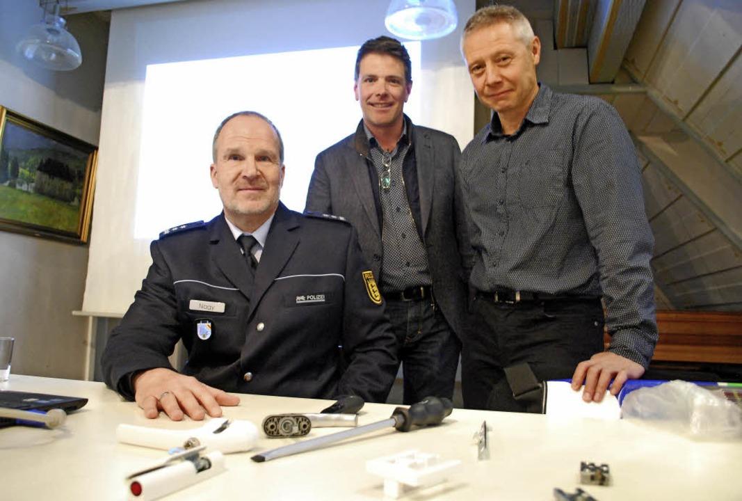 Zeigen Einbruchswerkzeug: Andreas Nagy...ltung zum Einbruchsschutz in Inzlingen  | Foto: Thomas Loisl Mink