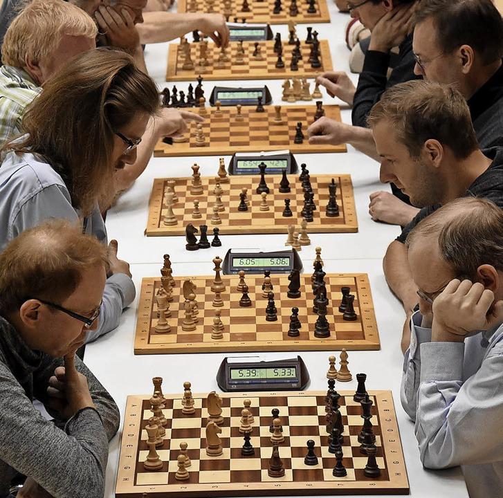 Volle Konzentration auf  das Brett: Das ist  Schach.   | Foto: Jonas Hirt