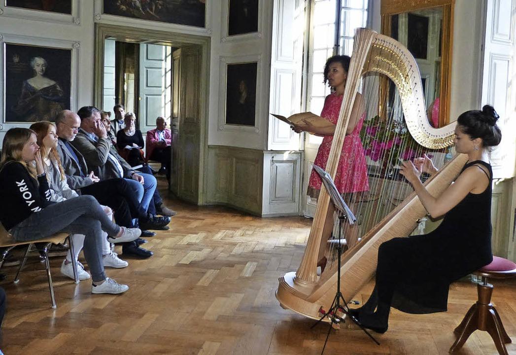 Das Gesang-Harfe-Duo Amanda Becker (li...Freitag im Schloss  Neuershausen auf.   | Foto: Claudia Bachmann-Goronzy