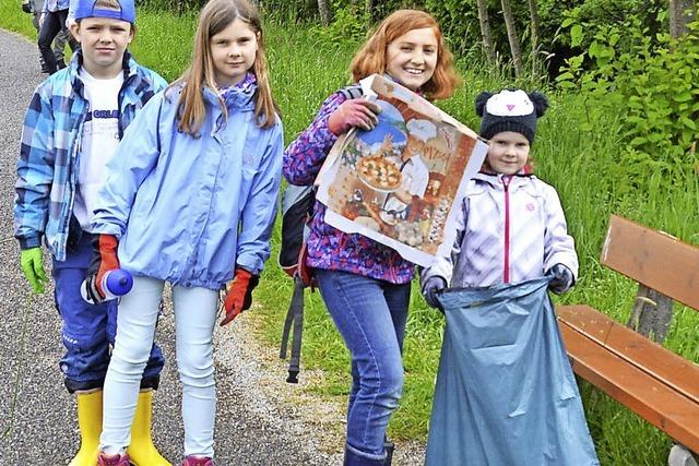 Kinder und Jugendliche sammeln Müll ein