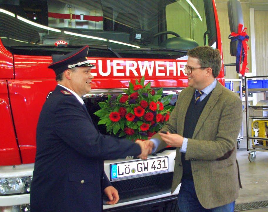 Bürgermeister Tobias Benz übergab den ...chfahrzeug an Kommandant Claus Werner.  | Foto: Rolf Reißmann