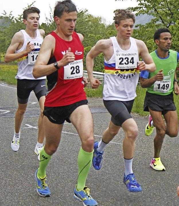 Die Spitzengruppe  bei Kilometer zwei ...und U18-Sieger Marius Abele (links).    | Foto: Stinn