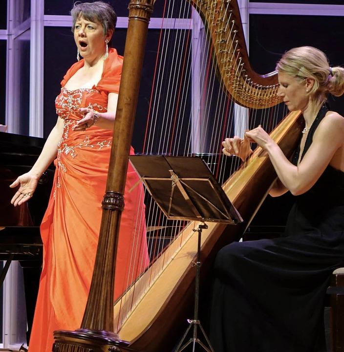 Mit Charme und Klangzauber begeisterte...und die Harfenistin Birke Falkenroth.     Foto: Roswitha Frey