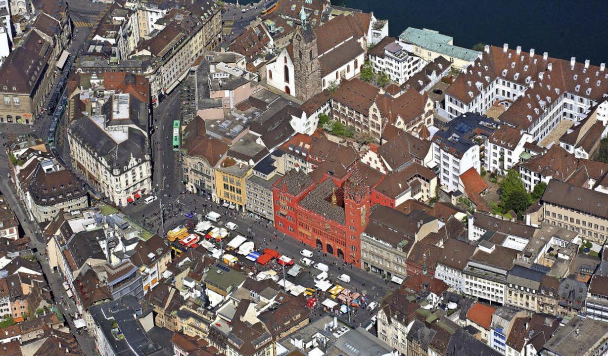 Das rote Rathaus am Marktplatz ist der Amtssitz der Regierungspräsidentin.   | Foto: Erich Meyer/Annette Mahro