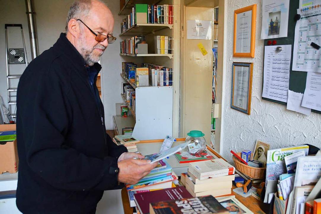 Wolfgang Ehrl sortiert Bücher im Büchertausch.    Foto: Horatio Gollin