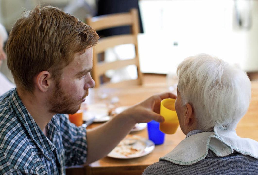 Freiwilligendienste bieten die Möglich...hzeitig Lebenserfahrungen zu sammeln.     Foto: Friso Gentsch (dpa)