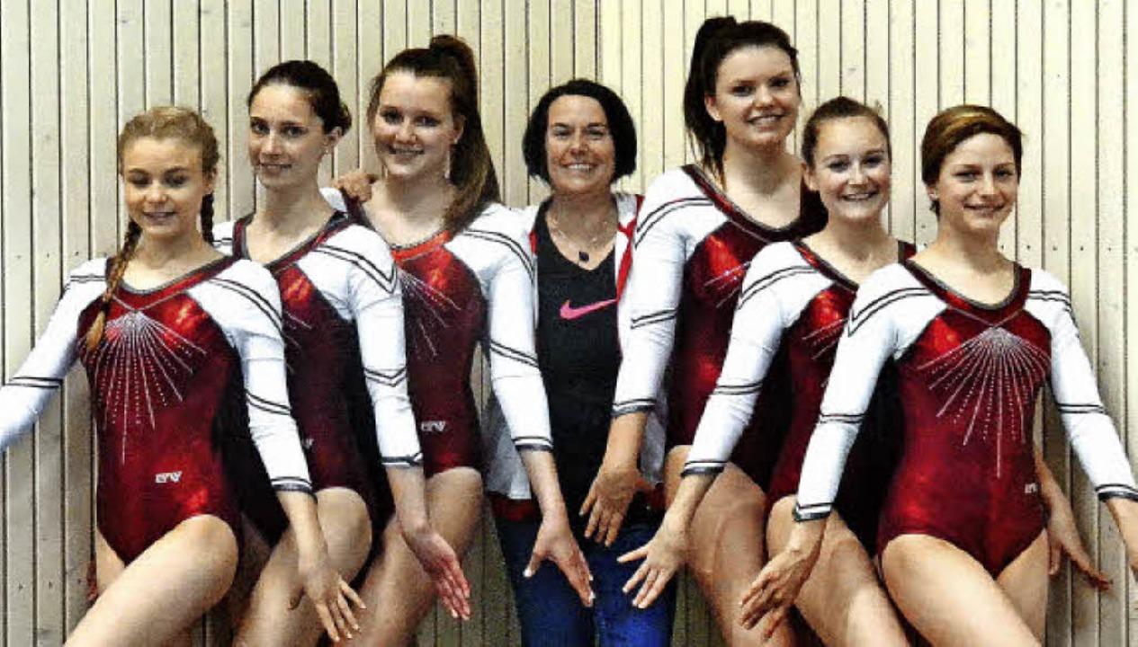 Gruppenbild mit Trainerin: Die Löffing... Anna-Lena Fehrenbach und Pia Lubrich   | Foto: philippe thines